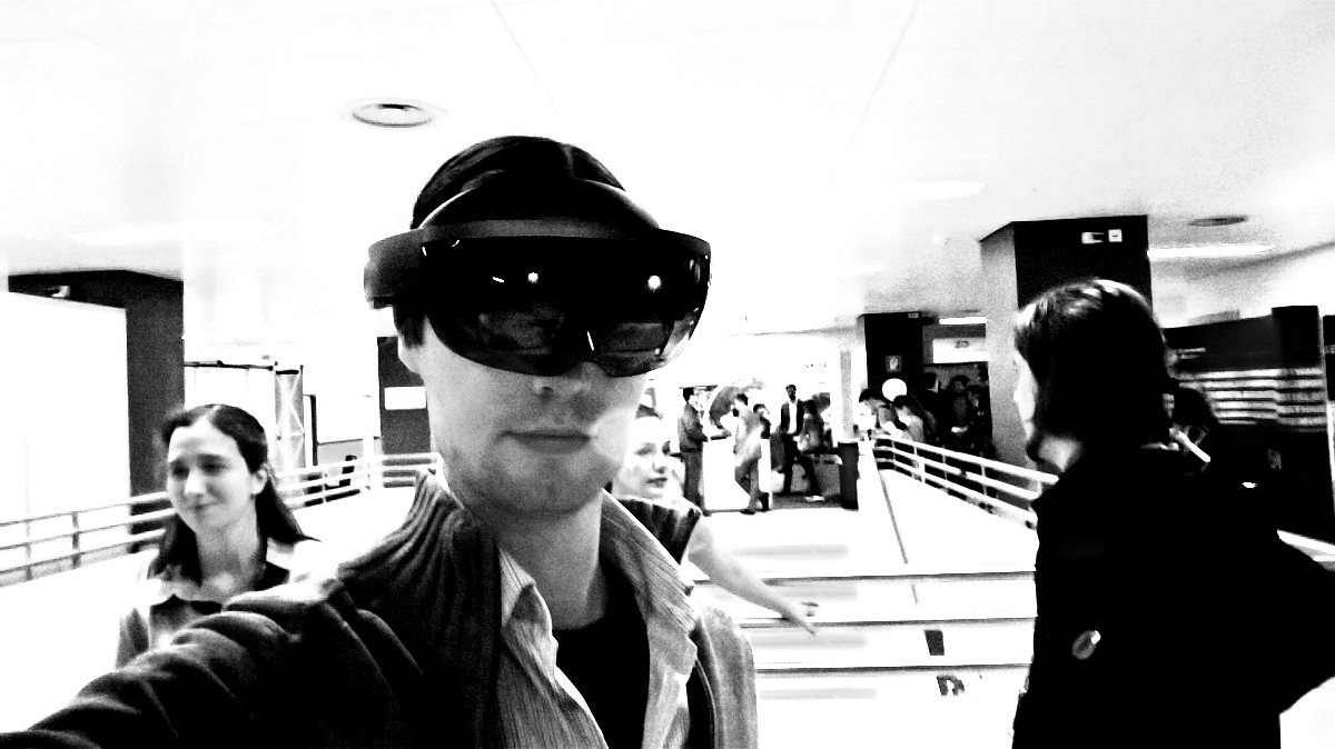 Selfie von Virtual Net-Blogger Viktor Krammer mit der Microsoft HoloLens