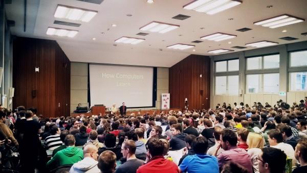 """Peter Norvig, Forschungsdirektor bei Google, hält im Rahmen der """"Vienna Gödel Lectures"""" 2015 eine Vorlesung auf der TU Wien."""