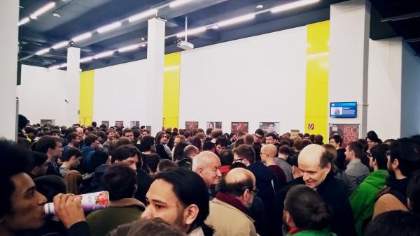 Vor dem Hörsaal EI7 warten Studenten und Professoren (u.a. Gerd Baron) auf den Einlass zur Vienna Gödel Lecture 2015.